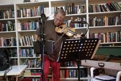 Arne-med-fiol